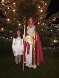 Der Hl. Nikolaus (Michael Högerle) und sein Engerl (Laura Scharpf) in Aktion