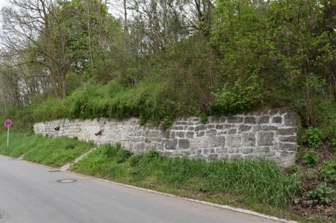 Komplettansicht der Stützmauer am Wolkertshofener Weg (Foto vom 23.04.2016)