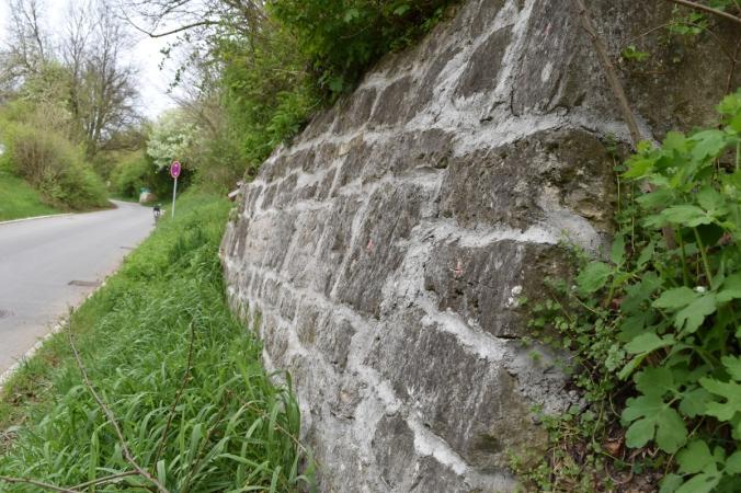 Seitenansicht der Mauer. Deutlich zu erkennen: Die starke Verwölbung der bestehenden Stützkonstruktion (Foto vom 23.04.2016)