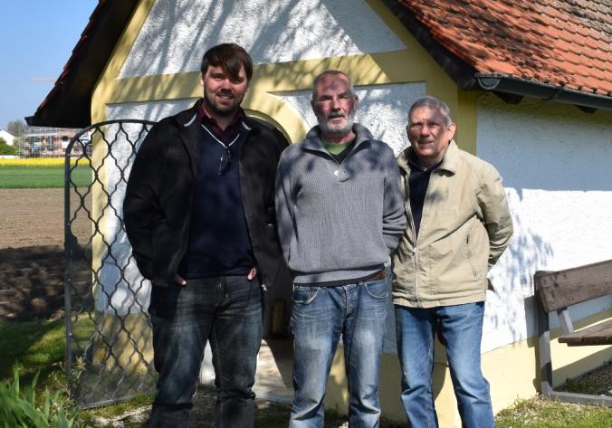 Künstler Fredi Neubauer (mitte) zusammen mit Kapellenpfleger Johann Bayerle (rechts) und Ortssprecher Alexander Bayerle (links)