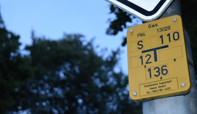 Symbolbild: Gasanschlussbeschilderung im Bereich der Dreiländerstraße