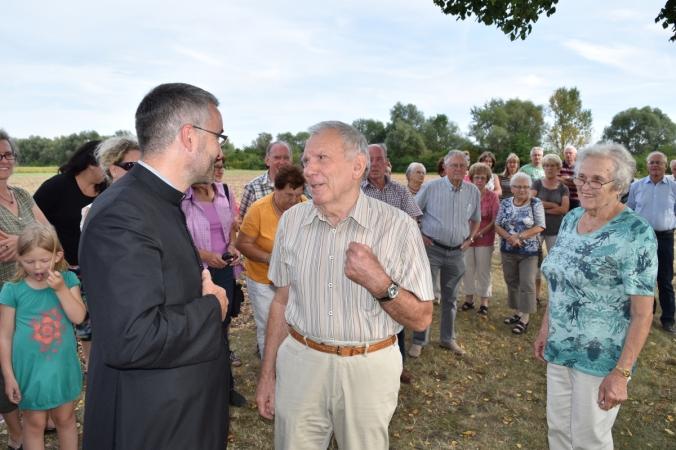 Pfarrer Sebastian Bucher (links) im Gespräch mit den Verwaltern der Kapelle St. Wendelin, dem Ehepaar Anni und Johann Bayerle